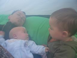 Папа с детишками в лагере (им классно-они выспались!)